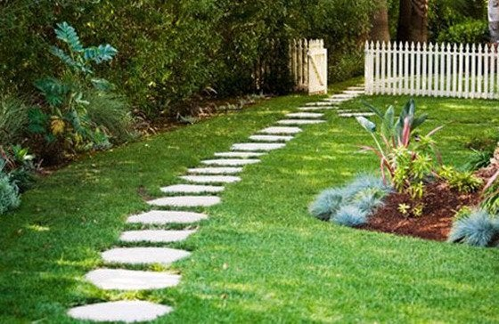 How to lay a stone path bob vila for Bloque de cemento para jardin
