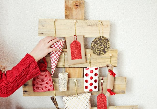DIY Advent Calendar - Pallet Tree with Gifts
