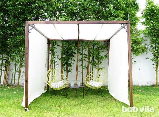 Diy outdoor privacy screen and shade tutorial bob vila for Outdoor wood privacy screen