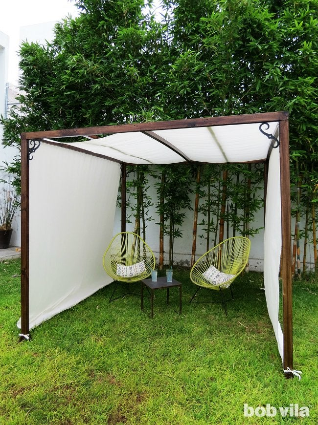 Diy outdoor privacy screen and shade tutorial bob vila for Large outdoor privacy screen