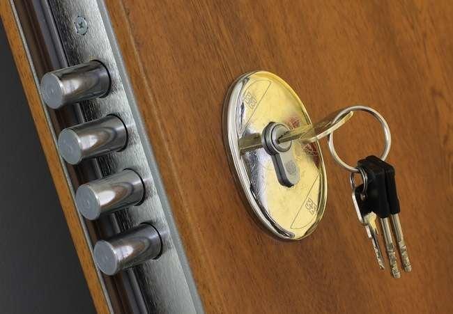 Заменить личинку в замке двери цена в москве