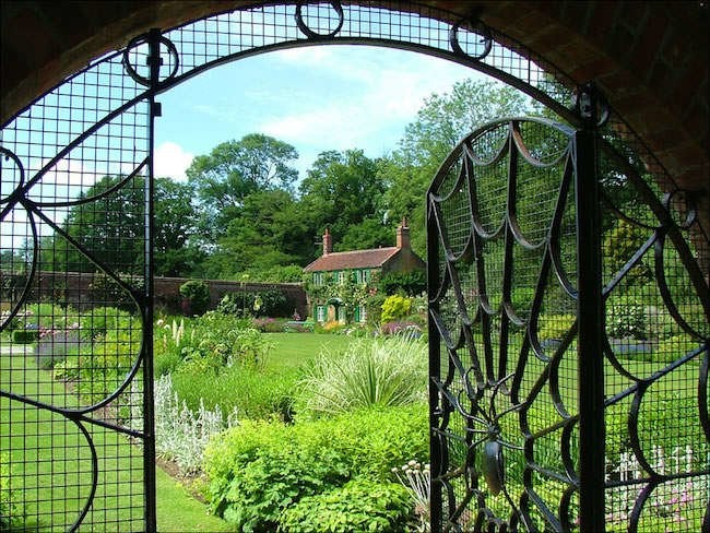 Great Entrances: 10 Welcoming Garden Gates