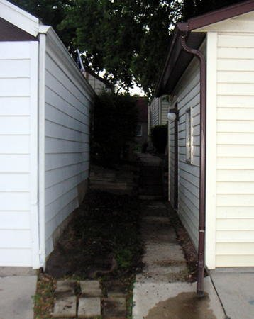 1374-area_between_garages