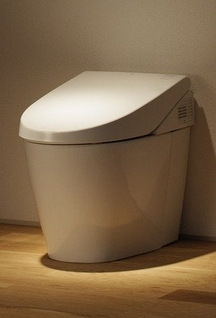 Toto neorest 550 dual flush toilet bob vila bathroom20111123 36322 1ied79p 0