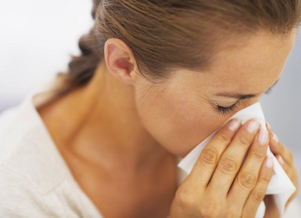 Używać wszystkie naturalne słoną wodą przepłukać, aby usunąć substancje drażniące, takie jak pyłek w nos.