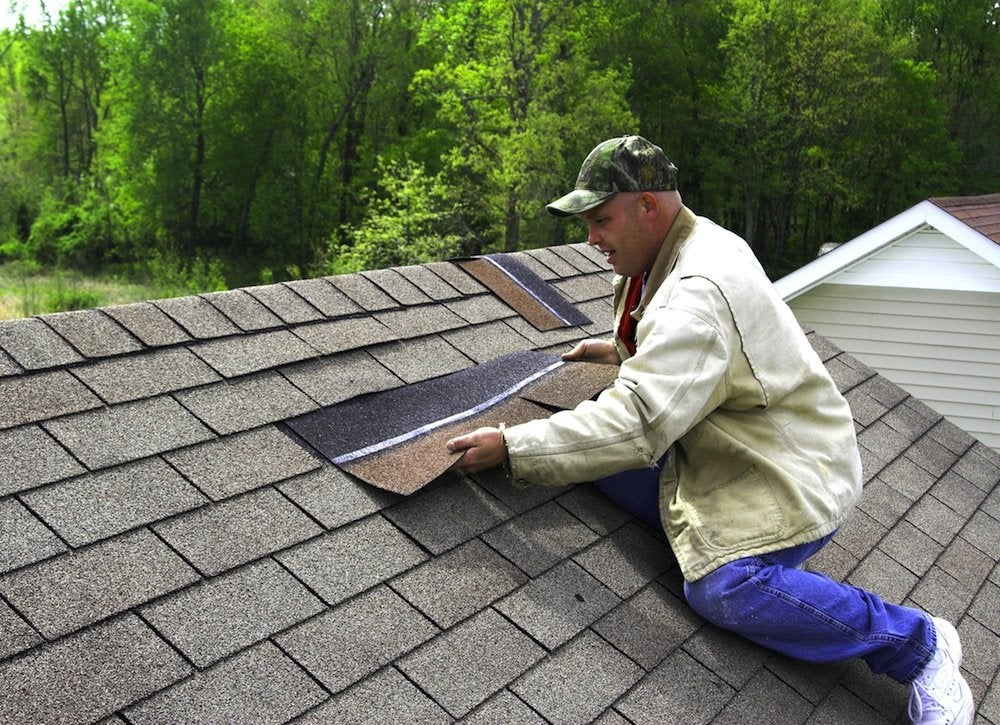 Roof replacement 7 signs that now is the time bob vila - Gartenhaus dachpappe schindeln verlegen ...
