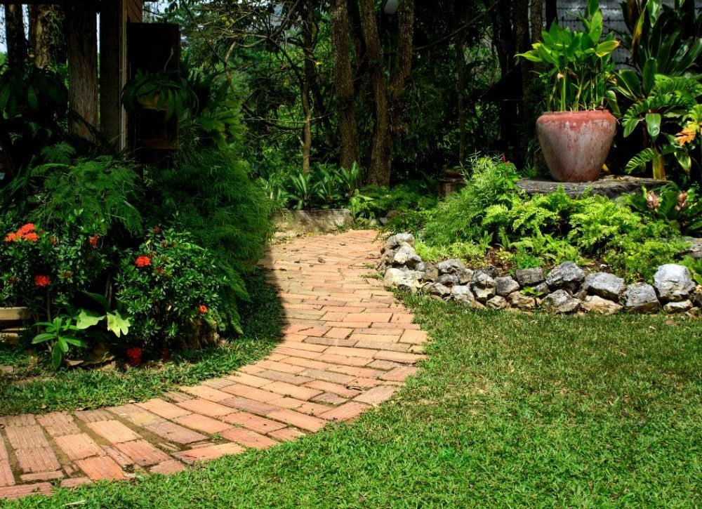 Brick walkway diy garden paths 7 thrifty designs bob for Diy garden path designs