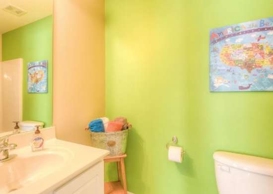 Kids_bath_bright_colors