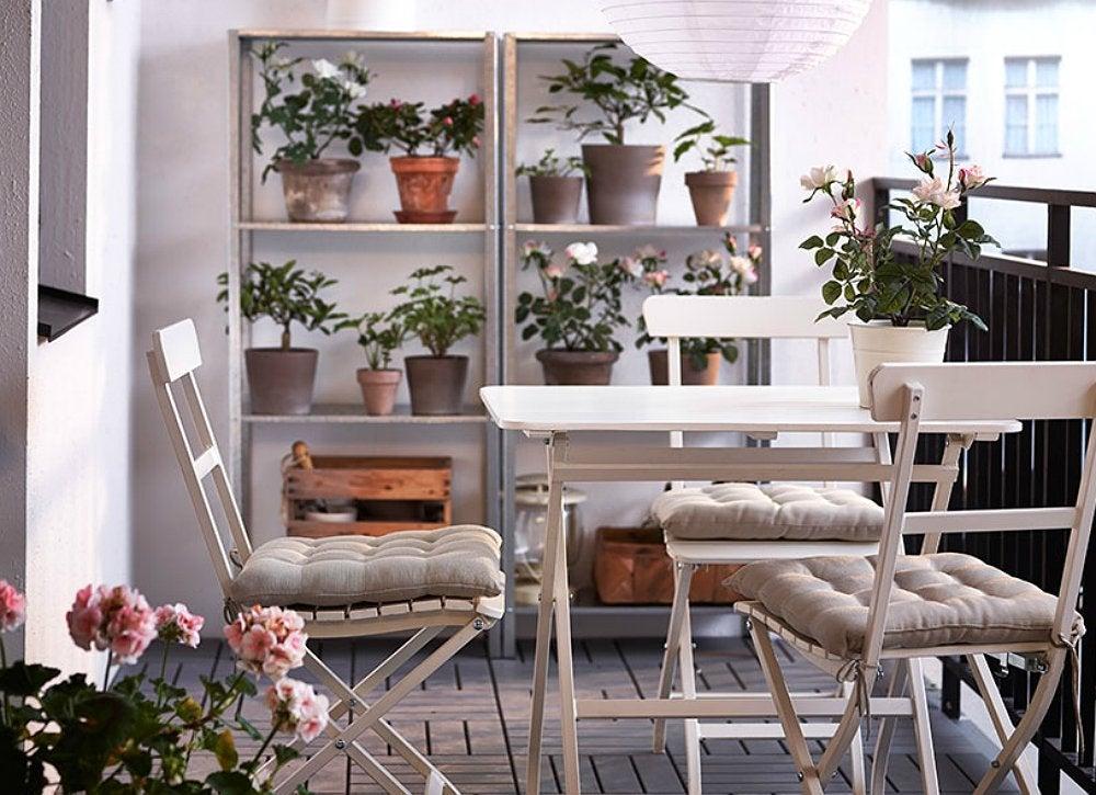 Оформление балкона. икеа. стол, стулья стелажи из натурально.