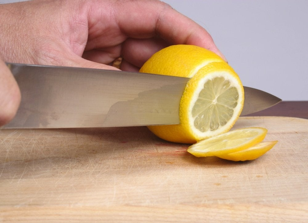 Cutting_a_lemon
