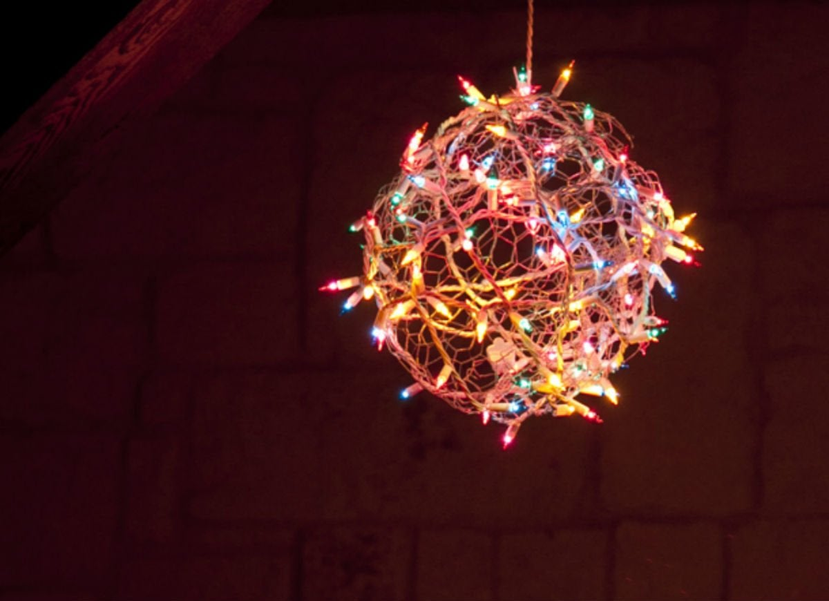 Outdoor_holiday_lights_-_twinkle_light_balls