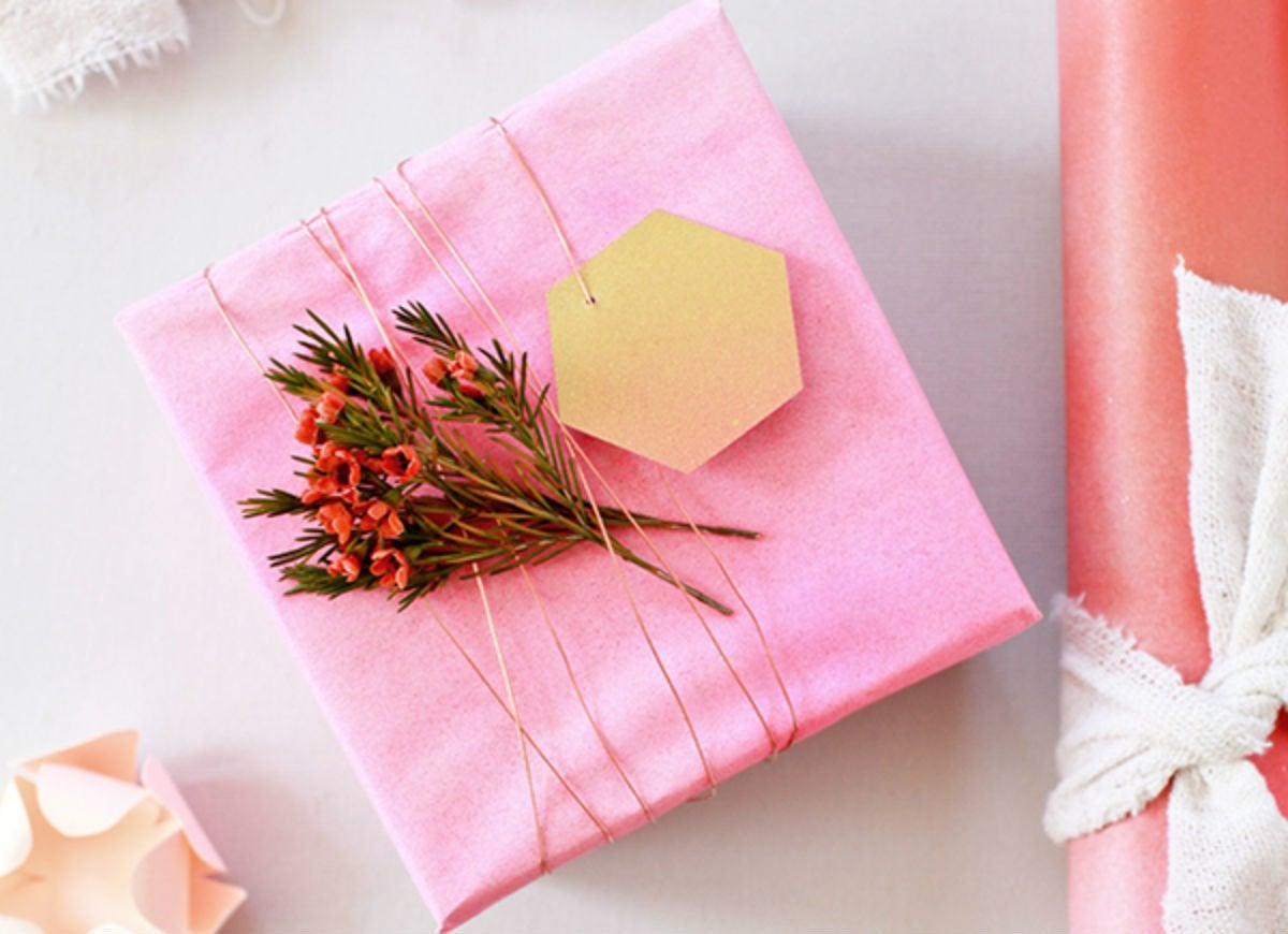 How to wrap a gift   spray paint paper