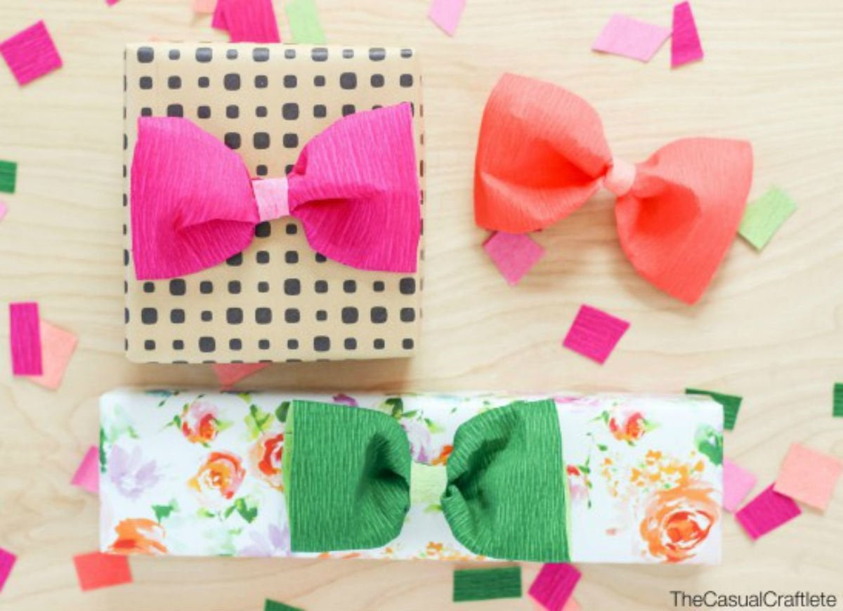 How_to_wrap_a_gift_-_crepe_paper_bows