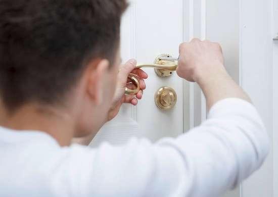 Tightening door knob