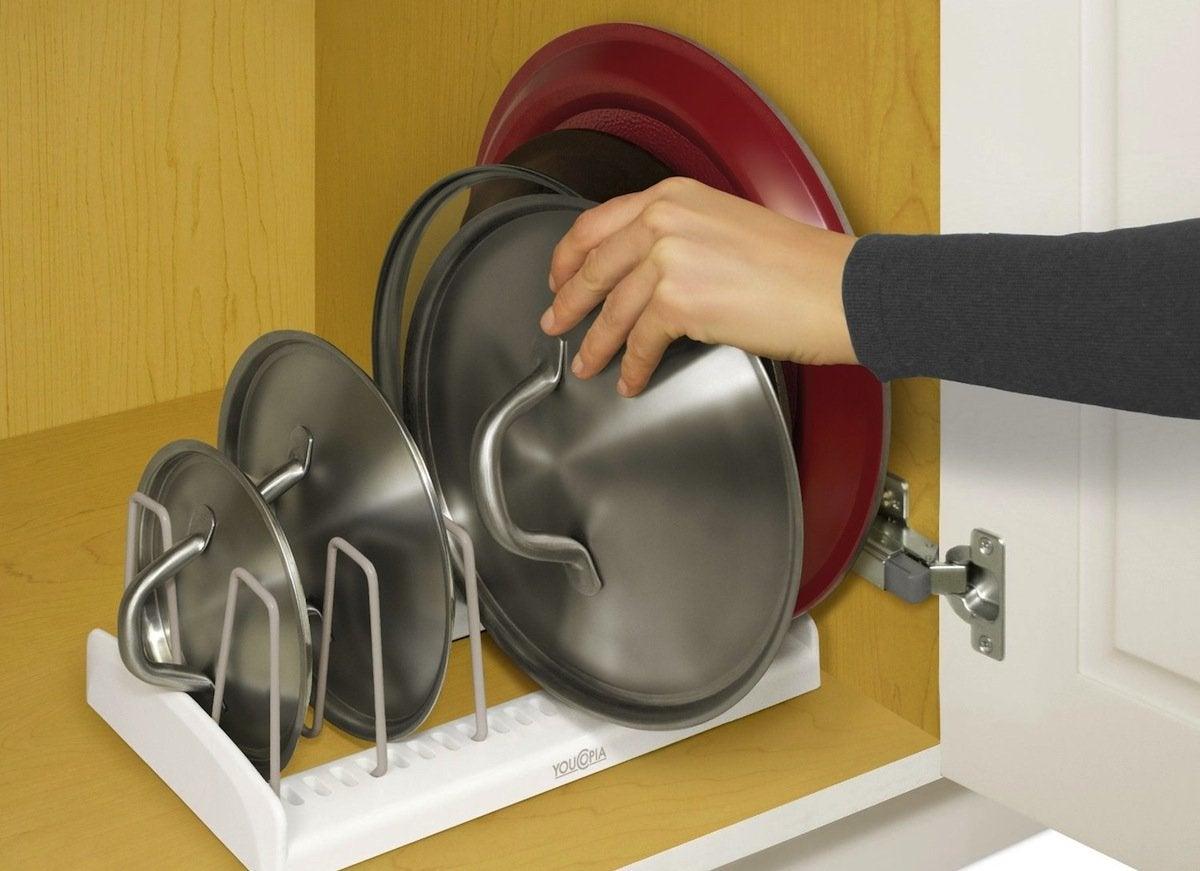 Adjustiable lid holder