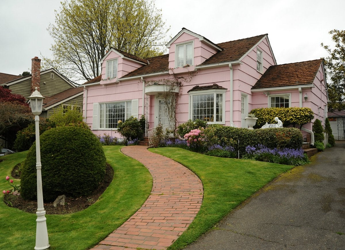 A Pink Exterior On Anything But Quaint Beachside Bungalow Is Hard For Most Home Ers Keep In Mind That The Same Traditional Farmhouses And