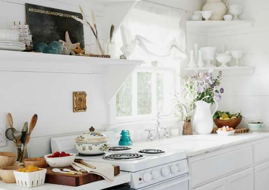 Tiny-kitchen-with-floating-corner-shelves