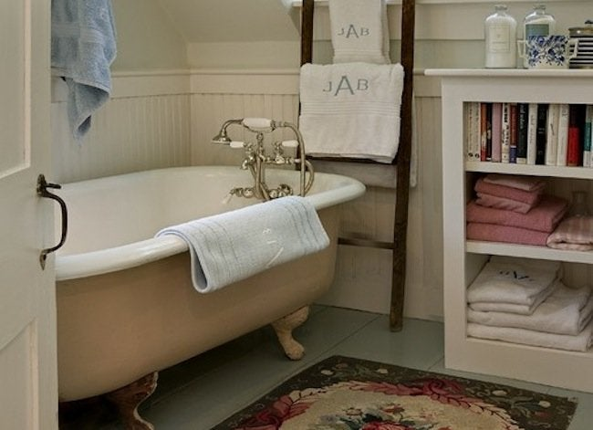 Storage-ladder-bathroom