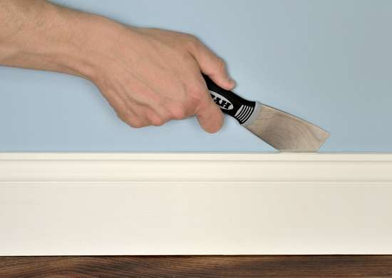2inch_putty_knife_removing_baseboard