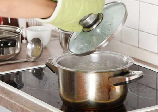 Boil-water-and-vinegar-on-the-stove