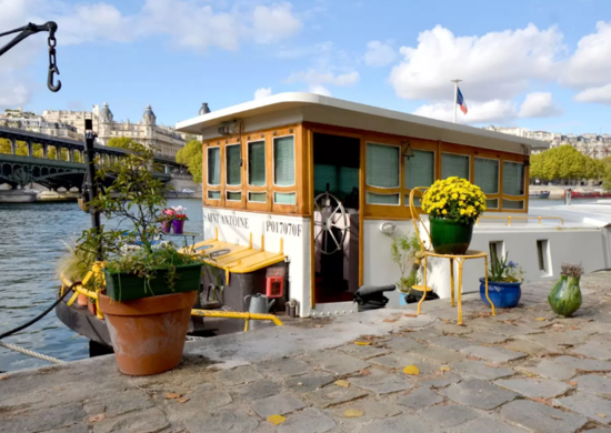 Parisian houseboat on Airbnb