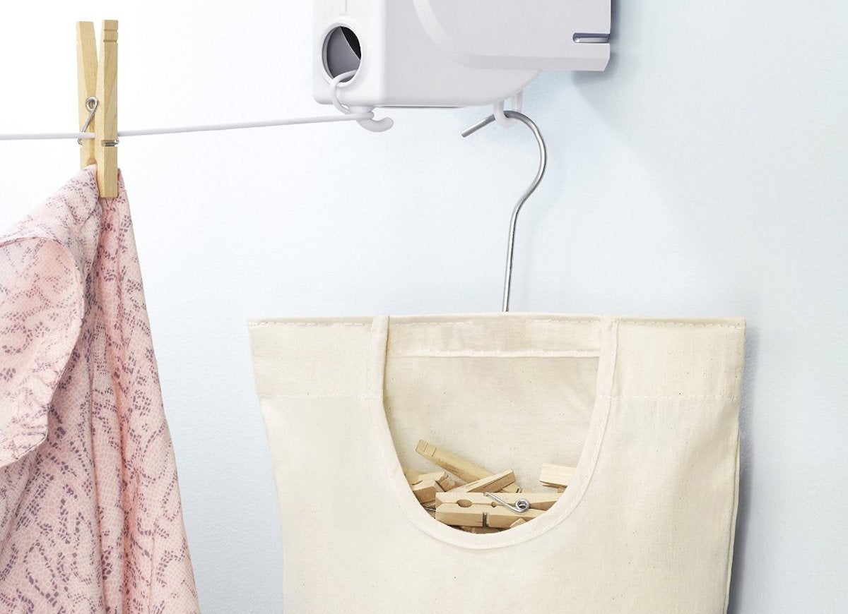 Clothes_line_and_clothespin_bag