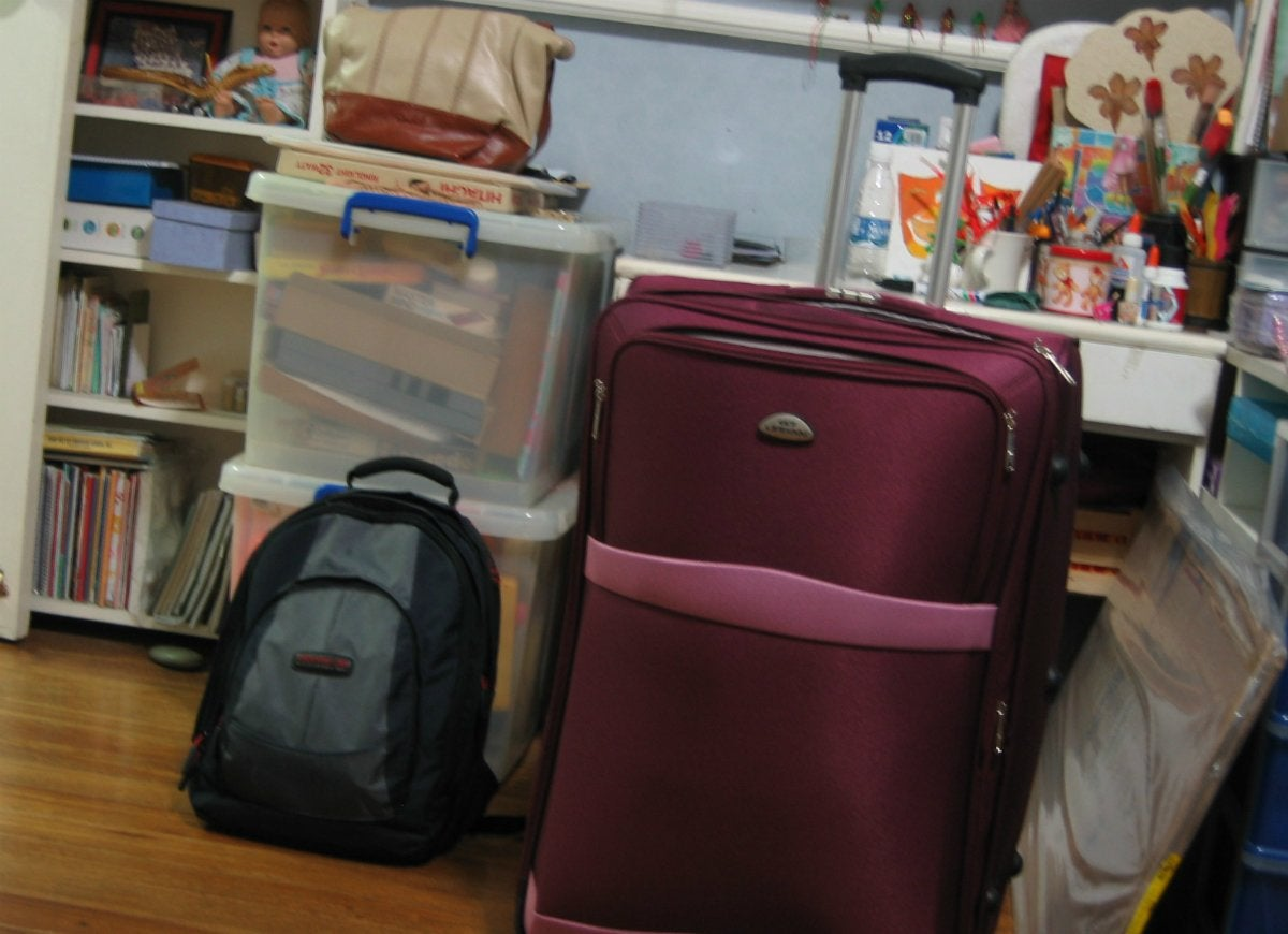 Pack books heavy items in suitcase