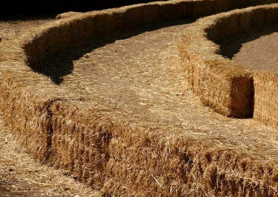 Straw bale maze 115917684 2188x1372