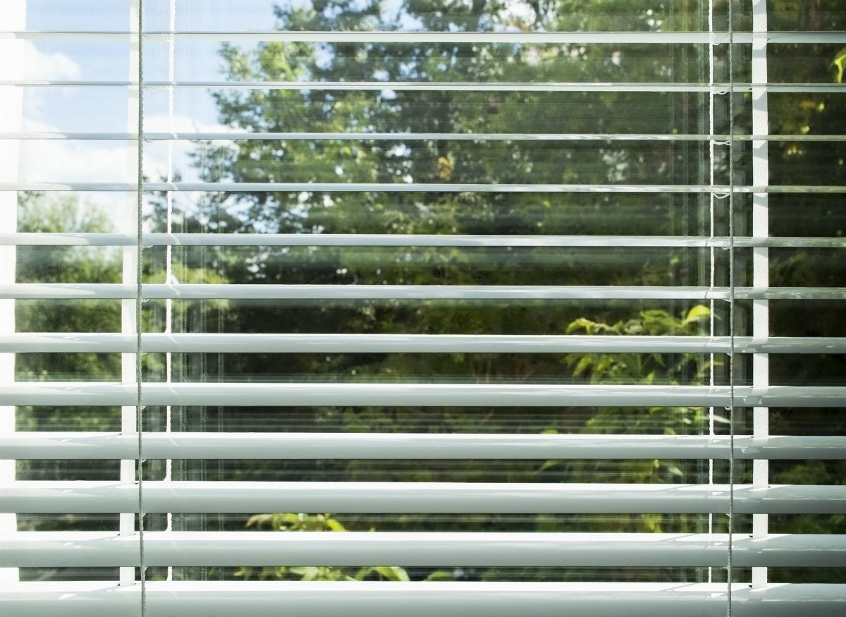 Cleaning dusty blinds with vinegar