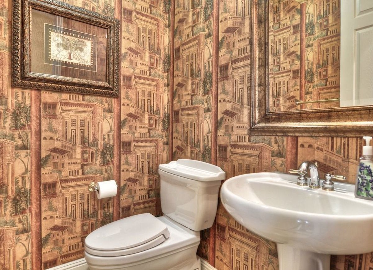 Neutral wallpaper bathroom