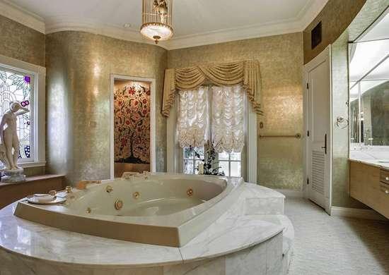 Golden Wallpaper in Luxurious Bathroom