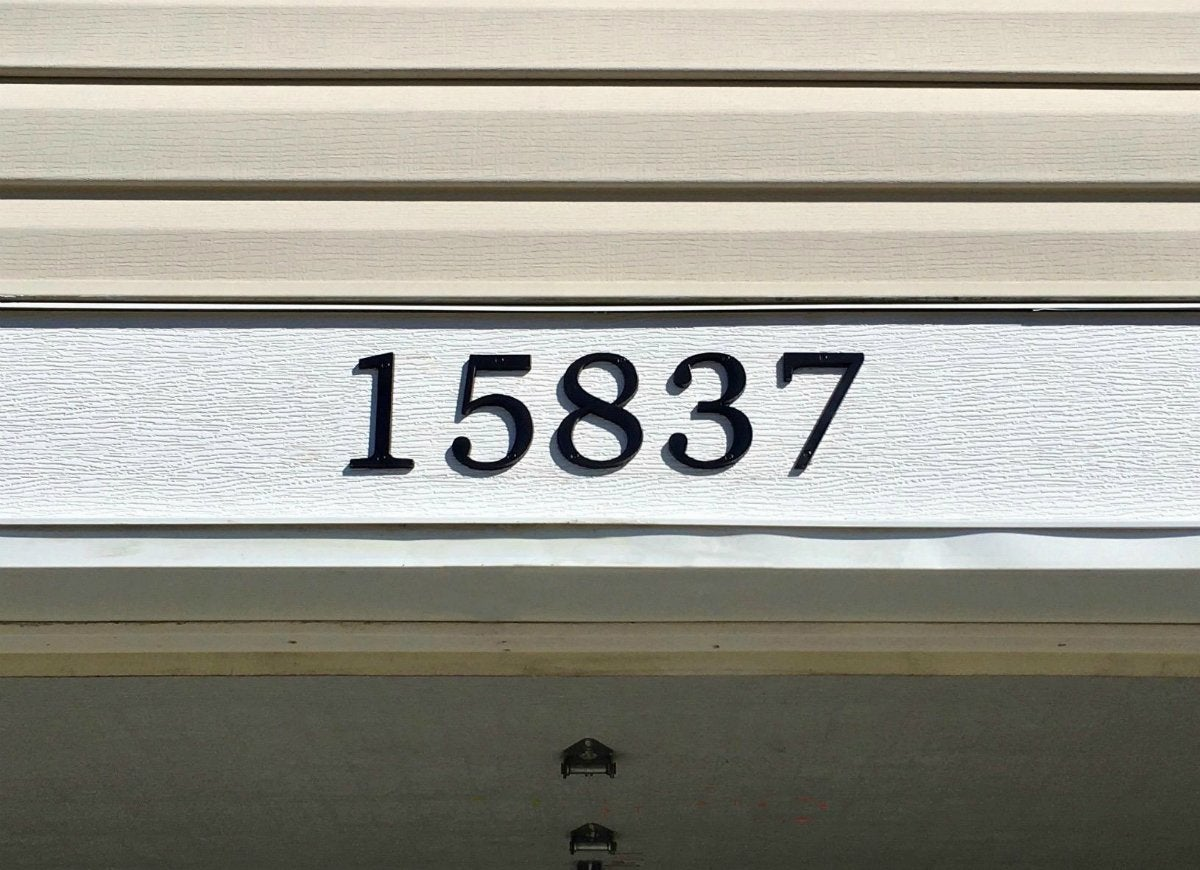 Distinctions numbers above a garage
