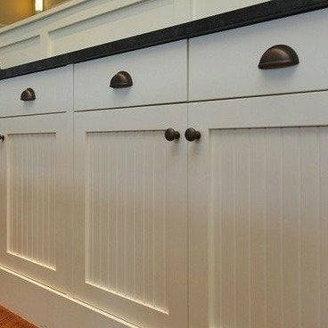 Kitchen hardware ideas 10 styles to update your kitchen for Cabinet hardware trends