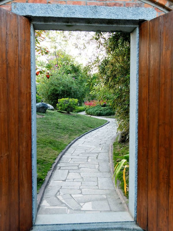 Stone Walkways 17 Easy To Imitate Garden Paths Bob Vila