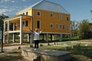 Brad_pitt_make_it_right_homes_concordia_architects_bob_vila_green_building20111123-36322-1lzn9qz-0