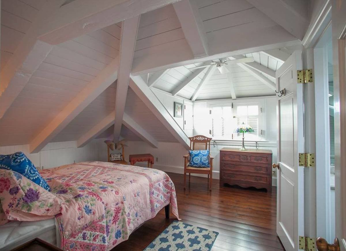 Guest room attic rooms 21 ways to capitalize on your for Eaves bedroom ideas