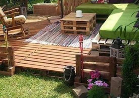 Shipping pallet patio wood pallet projects 15 easy diy for Modele de fauteuil en palette