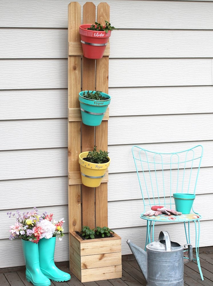 Picket fence planter diy vertical garden 10 ways to for Vertical garden planters diy